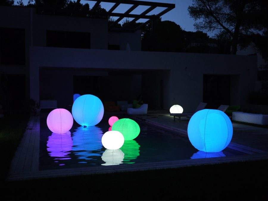 boule lumineuse ext rieur parfaite pour d corer votre piscine. Black Bedroom Furniture Sets. Home Design Ideas